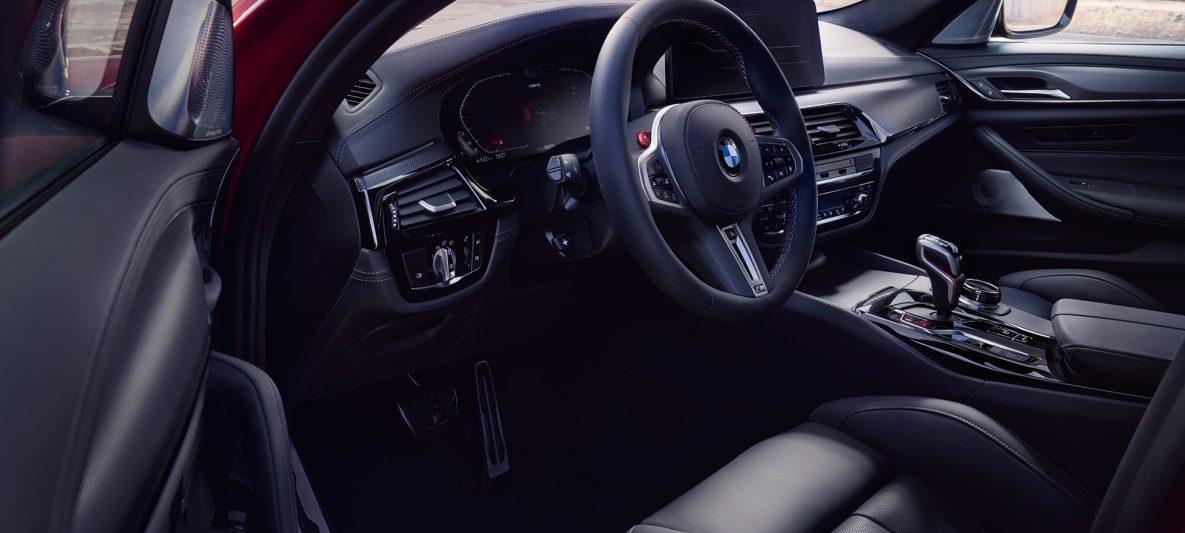 BMW M5 Competition F90 LCI Facelift 2020 Cockpit bei geöffneter Tür