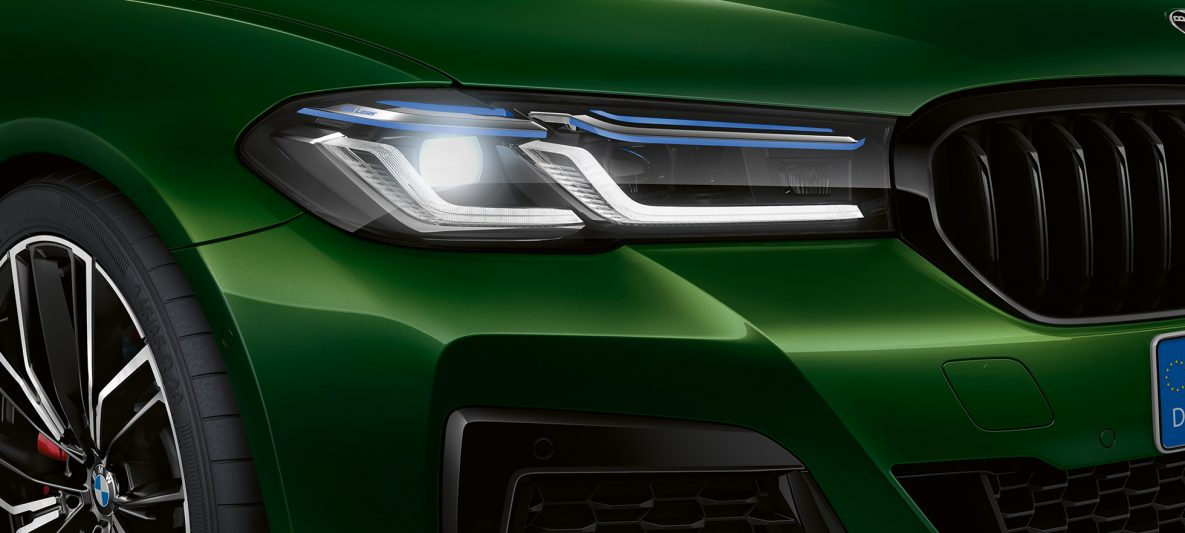 BMW Individual Leuchten Shadow Line BMW M550i xDrive Limousine G30 LCI Facelift 2020 BMW Individual Verde Ermes metallic Nahaufnahme Front