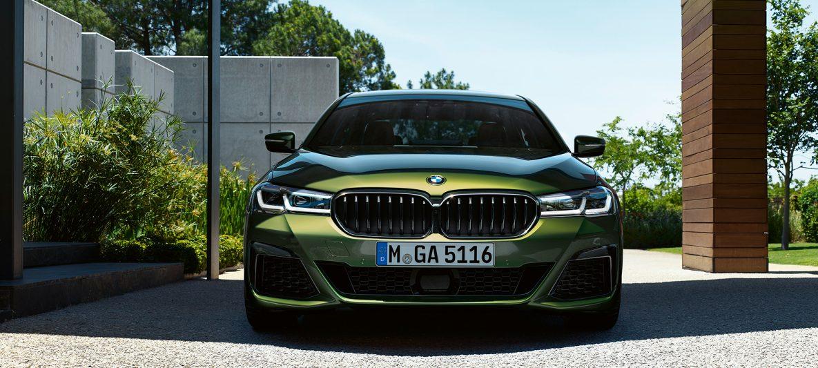 Front mit neuer Niere BMW M550i xDrive Limousine G30 LCI Facelift 2020 BMW Individual Verde Ermes metallic Frontansicht
